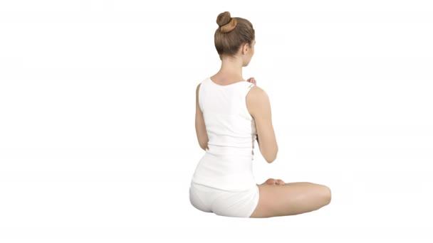 Jóga, sport, trénink a životní styl koncepce - Mladá blondýna dělá jóga cvičení na bílém pozadí.