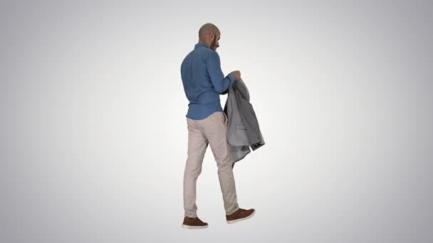 Casual Mann setzen Blazer auf Es wird kalt auf Gradienten Hintergrund.