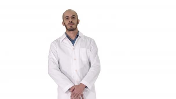 junge ernsthafte arabische Arzt auf weißem Hintergrund.