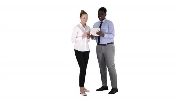 Moderní podnikatelé pracují na tabletu na bílém pozadí.