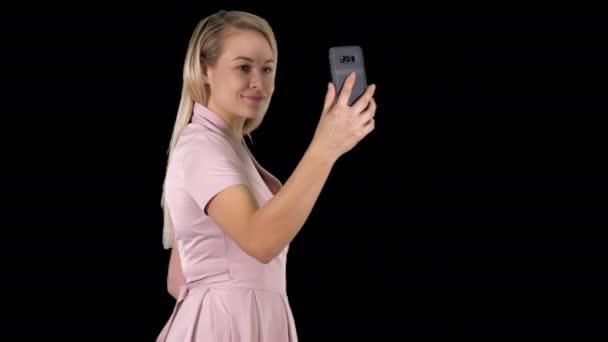 Junge schöne Frau macht Selfie auf ihr Handy, Alpha-Kanal