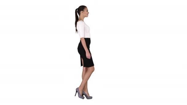 Fiatal üzletasszony sétál fehér háttér.
