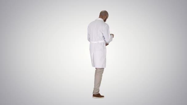 Wissenschaftsingenieur zu Fuß in Helm Sicherheitskonzept auf Gradienten hintergrund.