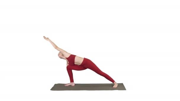 junge Frau praktiziert Yoga, beendet utthita parsvakonasana Übung auf weißem Hintergrund.