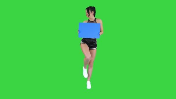 Bájos lány, aki üres és a tánc a zöld képernyő, kék mockup.