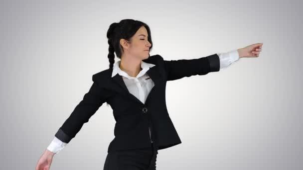 Geschäftsfrau tanzt auf Steigungshintergrund.