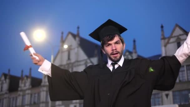 Mladý vysokoškolský absolvent tance.