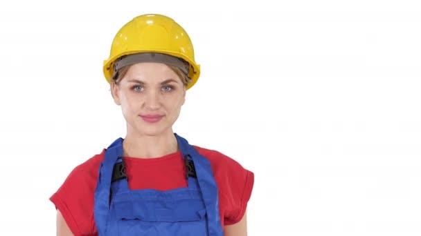 Usmívající se konstruktéra pracující žena stojící a měnící se pozice sklopné ruce, ruce na boky, ruce v kapsách na bílém pozadí.