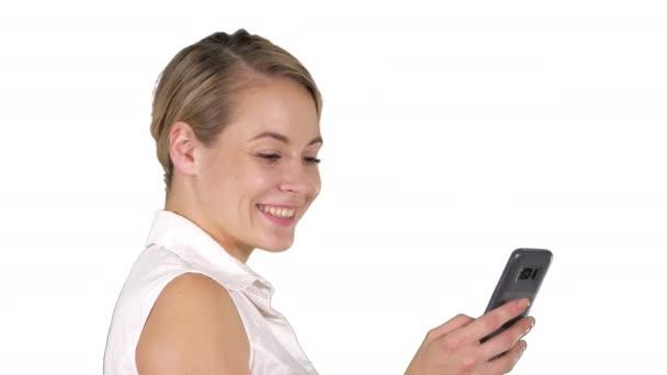 Fiatal szép nő ír egy SMS-fehér háttér.
