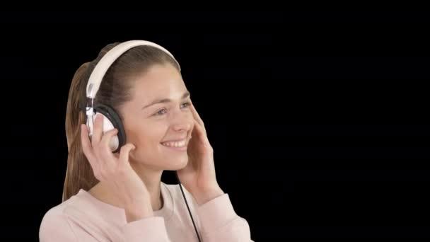 Mladá krásná žena v jasném outfit těší hudbu, Alpha Channel
