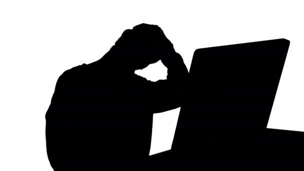 Silhouette Kimerült fiatal nő ül otthon irodai íróasztal masszírozó nyak.