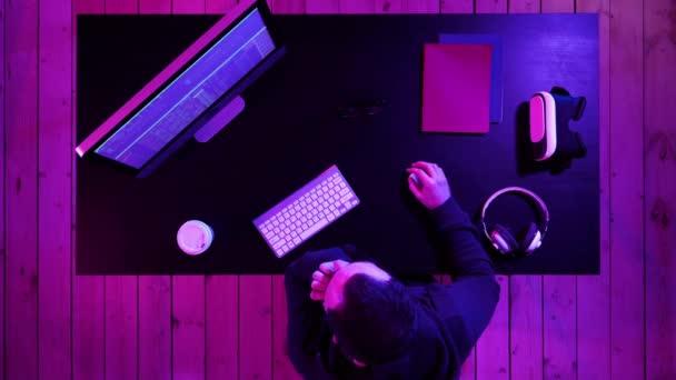 Vývoj technologie programování a kódování. Znuděný programátor pracuje.