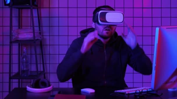 Junge hübsche Mann trägt Virtual-Reality-Brille Manipulation vr Objekte.