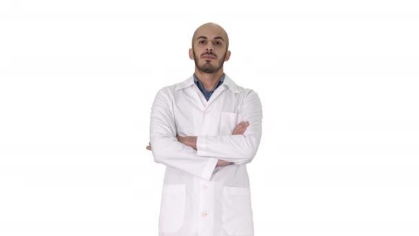 ernste arabische Arzt reifen Mann mit verschränkten Armen auf weißem Hintergrund.