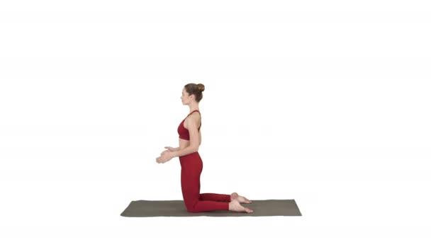 sportliche schöne junge Frau praktiziert Yoga, tut ushtrasana, Kamel posieren auf weißem Hintergrund.