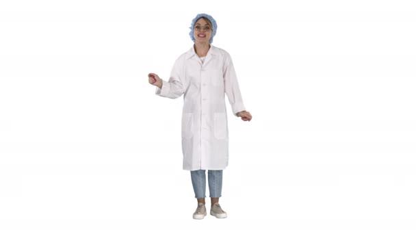 Junge Ärztin spricht sehr emotional vor Kamera auf weißem Hintergrund.