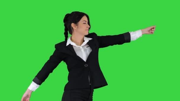 Geschäftsfrau tanzt auf grünem Bildschirm, Chroma Key.