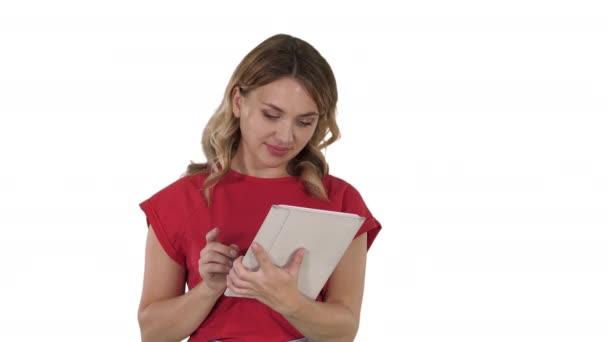 Frau benutzt Tablet auf weißem Hintergrund.