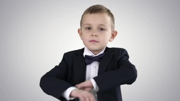 gutaussehendes Kind blickt in die Kamera und kreuzt die Hände auf Steigungshintergrund.