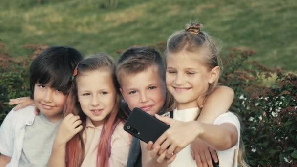 Děti a chlapci si berou autoportrét.