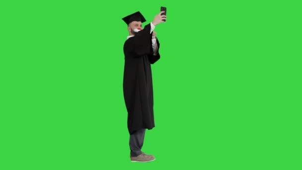 Nadšený postgraduální student se selfie na zelené obrazovce, Chroma Key.
