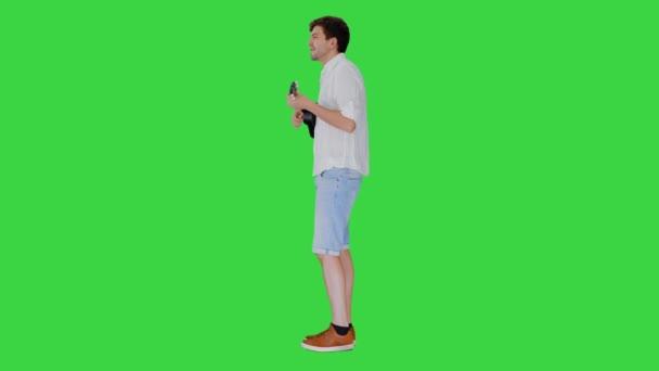 Férfi ukulele énekel egy dalt a zöld képernyőn, Chroma Key.