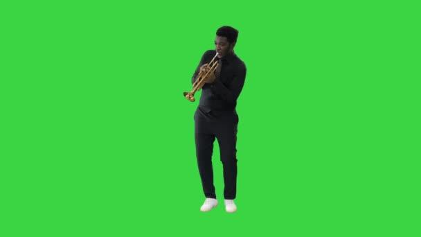 Afrikai amerikai zenész játszik a trombita kifejezetten egy zöld képernyőn, Chroma Key.