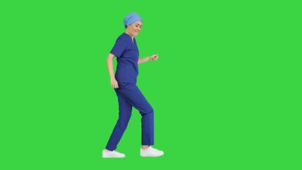 Lány orvos táncol és sétál a zöld képernyőn, Chroma Key.