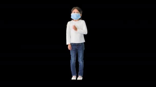 Védőmaszkot viselő kislány mély lélegzetet vesz a kamerába nézve, Alpha Channel