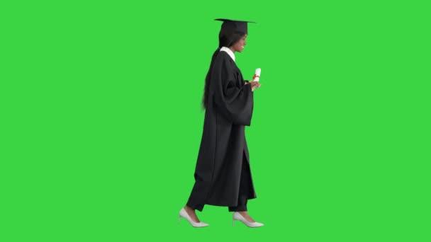 Mladý africký postgraduální student chůze a smích na zelené obrazovce, Chroma Key.