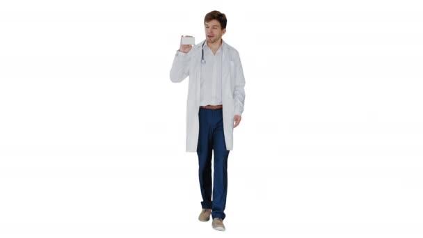 Walking Male Doctor bemutató üres fehér doboz tabletták fehér alapon.