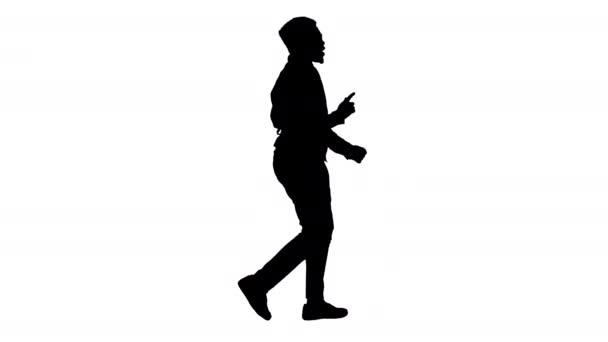 Silhouette Afrikai amerikai üzletember szemüvegben és a nyakkendő tánc a kezét séta közben.