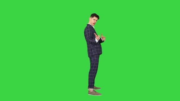 Cool vonzó üzletember nem különböző dacos gesztusok a zöld képernyőn, Chroma Key.