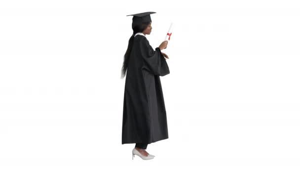 Šťastná africká americká žena absolvent tance se svým diplomem na bílém pozadí.