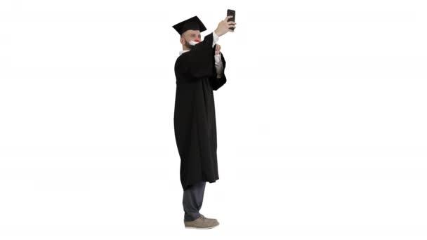 Nadšený absolvent student brát selfie na bílém pozadí.