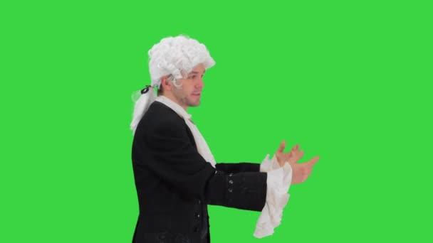 Als Höfling gekleideter Mann, der ausdrucksstark spricht und beim Gehen auf die Hände verzichtet und auf einem Green Screen in die Kamera blickt, Chroma Key.