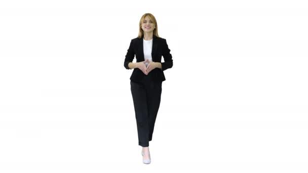 Mladá úspěšná podnikatelka chůze a usmívání na bílém pozadí.