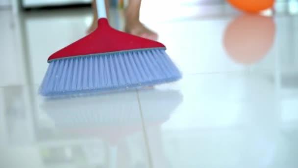 lidé, práce v domácnosti a úklid koncepce - žena s koštětem čištění podlahy doma