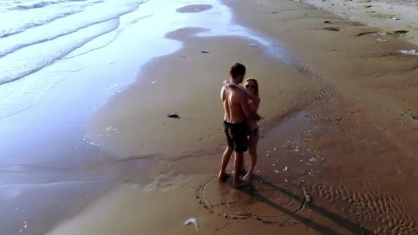 paar in der Liebe am Meer bei Sonnenuntergang. Ansicht von oben