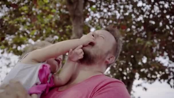 Detailní záběr na otce a dcery hrají společně. Mladý otec otočí dcera v jeho ruce, smát a hrát hry. Koncept šťastné rodiny