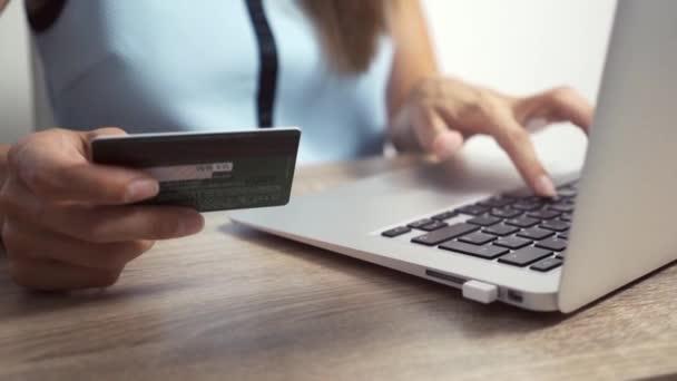 Shopping Online-Konzept. Frau hält Kreditkarte in der Hand und benutzt Laptop