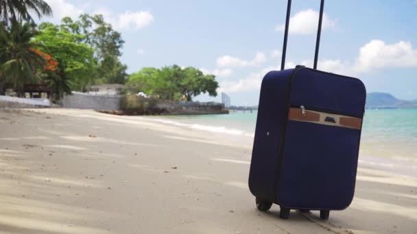 modrý malý kufr stojí na břehu krásného moře, dlouho očekávané koncepce volného času, cestování a koncepce volného času