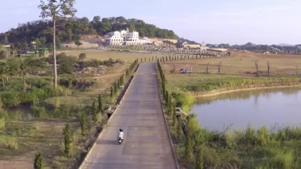 Pár jezdila na motorce na venkovské silnici. Akcií. Nejlepší pohled na jezdecký motocyklista a jeho ženu. Romantická cesta. Na motocyklu v létě.