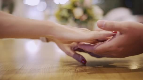 Masculino mão tocar a mão feminina enquanto encontro romântico no ...