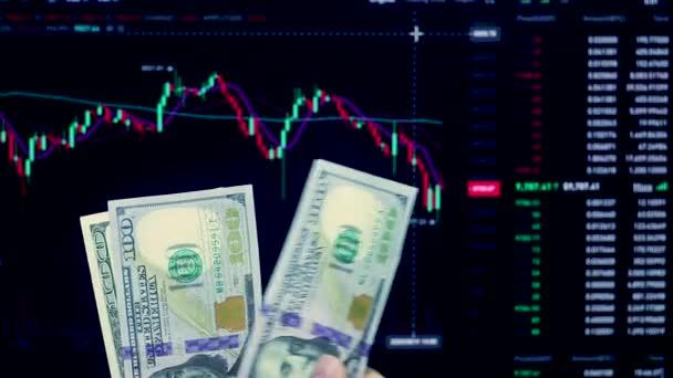 Zählen Sie Geld in US-Dollar.Der Preis des Geldes auf der Chartbörse, Arbeit auf dem Devisenmarkt und Forex.Preisanalyse.Lot mit US-Dollar Hand in Hand vor dem Handelspreisdiagramm.