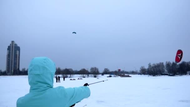 Mädchen lernt mit einem Drachen fliegen