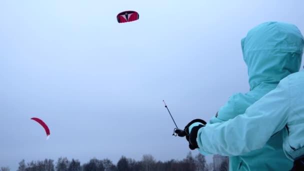 Mädchen lernt Fliegen mit dem Drachen