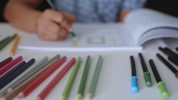 Ručně zbarvená Barva obrázku v knize s barevnou tužkou na stole, koncepce umění a vzdělání.