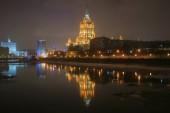 éjszakai kilátás hotel Ukrajna töltésén Moszkvában