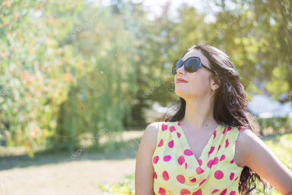 68e205641465 Όμορφη Μακρυμάλλης Μελαχρινή Ένα Ελαφρύ Μεταξωτό Φόρεμα Πουά Και Γυαλιά —  Φωτογραφία Αρχείου © Epitavi  219926432